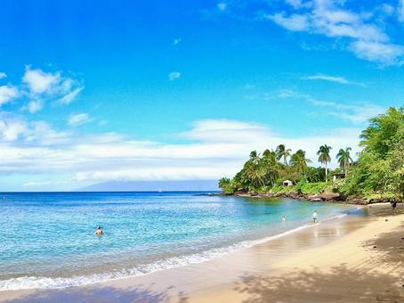 The calm waters of Maui, Hawaii