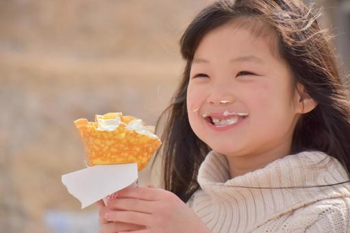 크레페를 먹는 아이