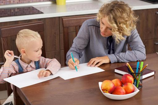 Working mother who makes a son's drawing opponent at the table 3
