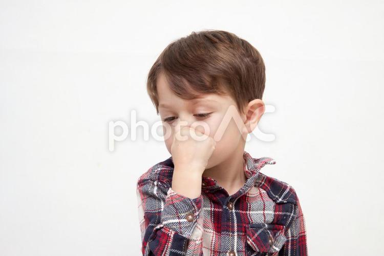 鼻をつまむ男の子2の写真