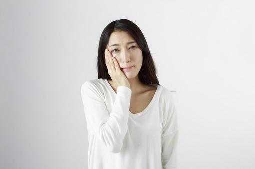 Japanese women suffering from toothache 1