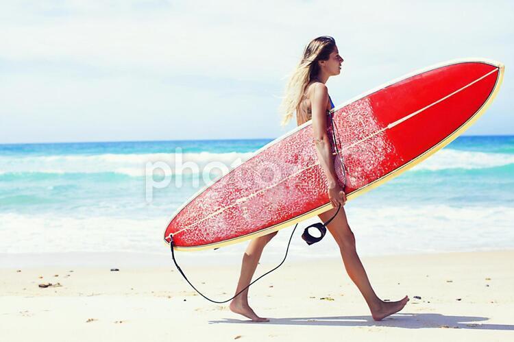 サーフボードを持った外国人女性5の写真