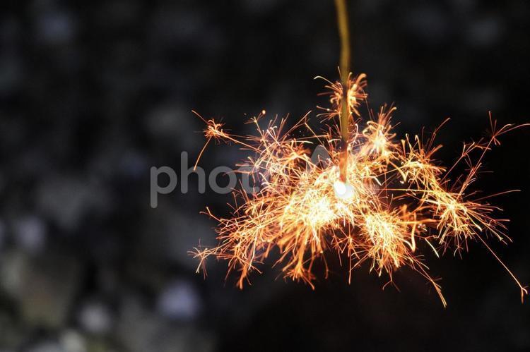 花火 夏 テクスチャ 線香花火 輝き 儚い 切ない 終わり バックグラウンド バックグランド 火花 炎 背景素材の写真