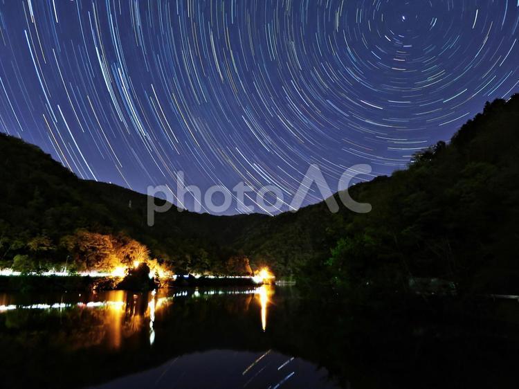 湖畔の星空軌跡の写真