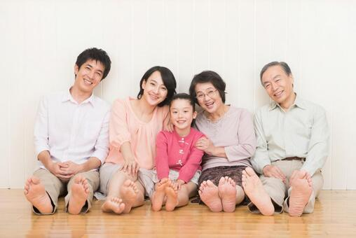 Good friend Three generations family (sit on the floor) 2