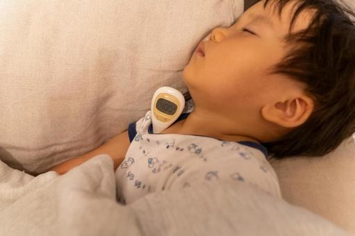 A child and a thermometer who fall asleep due to poor physical condition