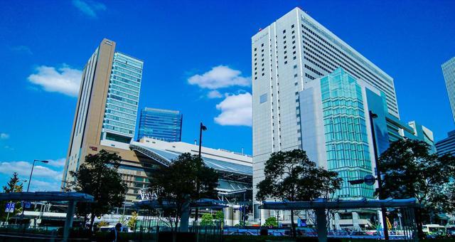 기분 좋은 푸른 하늘의 날 오사카 우메다 역 빌딩