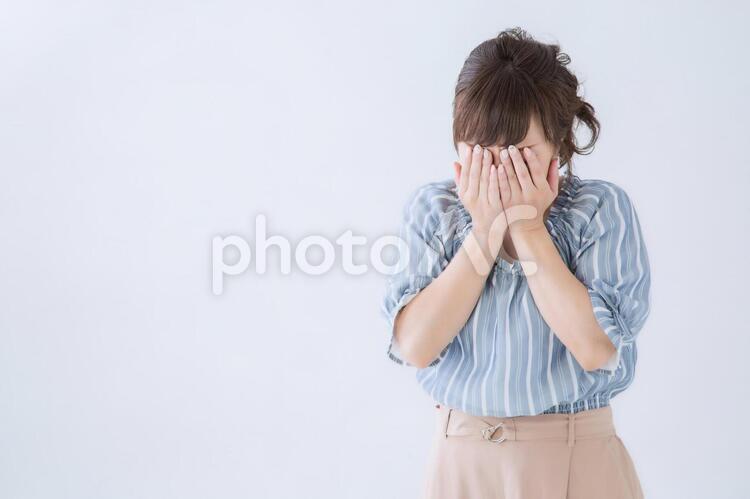 顔を覆う女性の写真