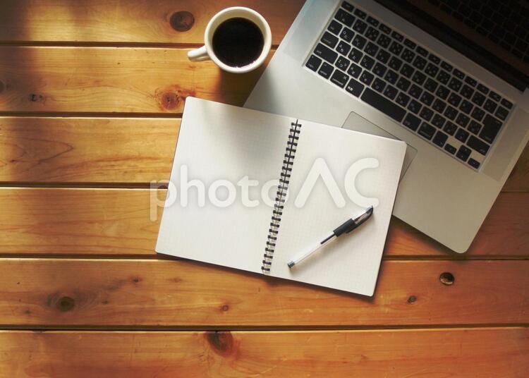パソコン オンライン デスクイメージ 木目バックの写真