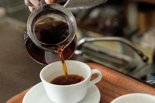 How to make coffee 19: Pour coffee into a cup