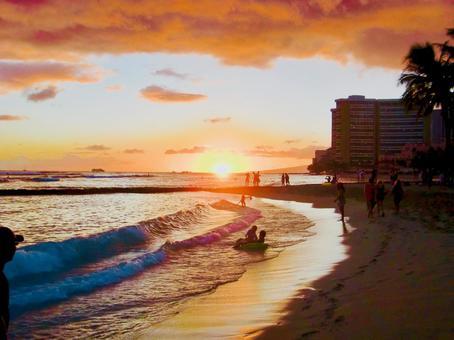 하와이 와이키키 해변의 일몰