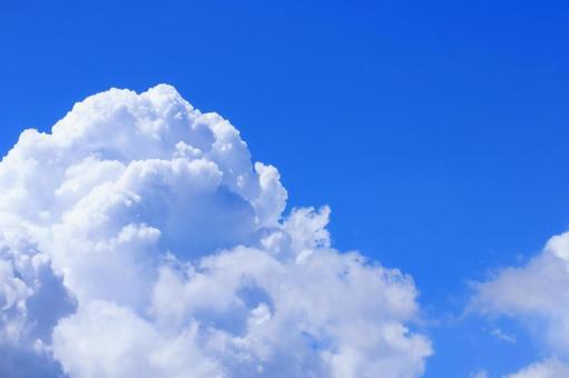 Azora 的背景材料與美麗的積雨雲在夏日的天空複製空間
