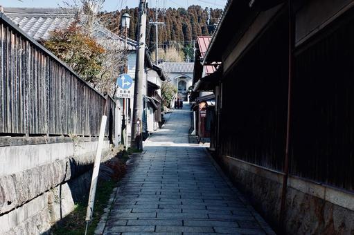 古い路地を歩く女学生