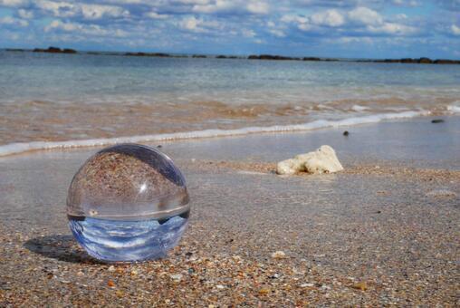 유리 구슬과 해변