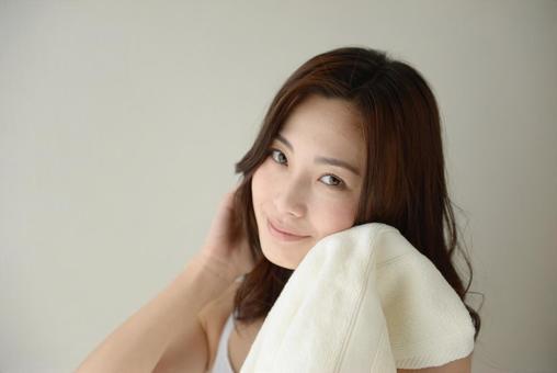 수건으로 얼굴을 닦는 여성 21