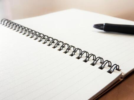 在桌子上的笔记