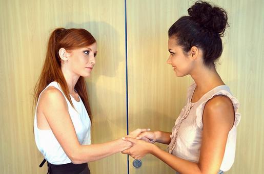女人國外四次握手