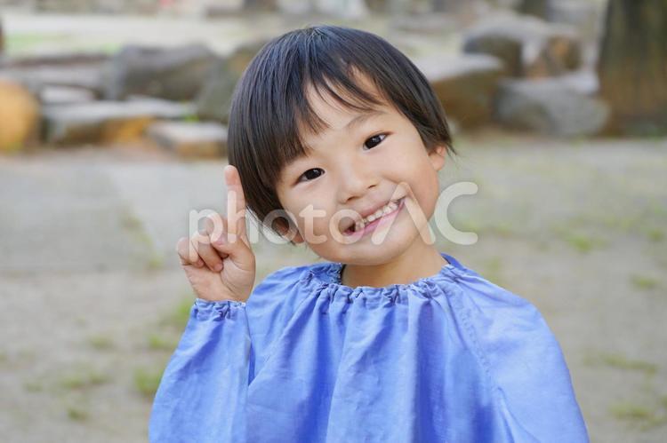 指差しする園児の写真