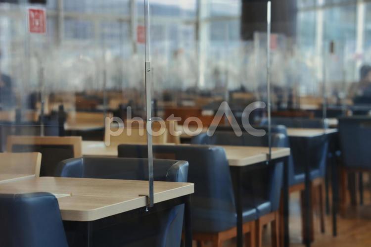 アクリル板の仕切りが設置されたテーブルの写真