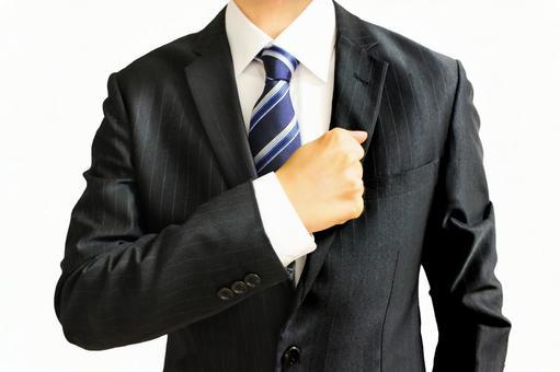 一個商人用拳頭擊中胸部