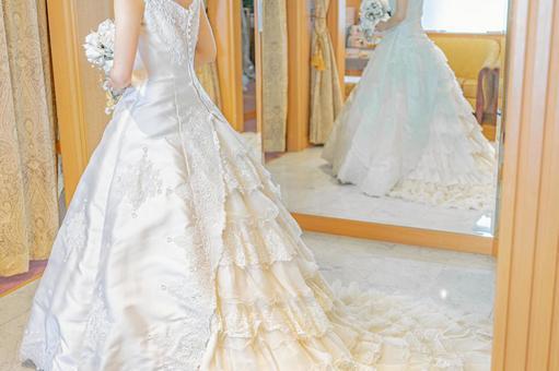 鏡子和白色婚紗