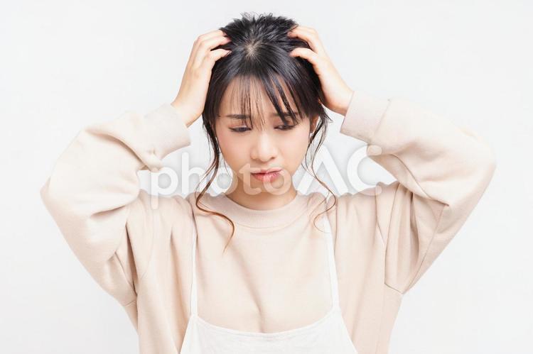 悩み事を抱える若い女性の写真
