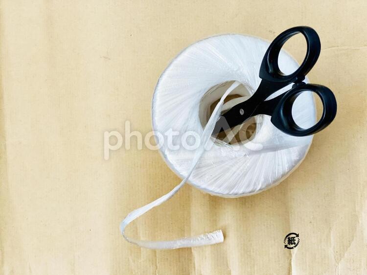 ビニールひもとハサミとクラフト紙の写真