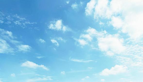晴天天空白雲和淺藍的天空複製空間背景
