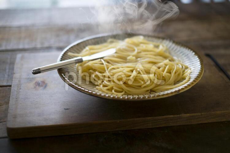 茹でたてのスパゲッティの写真