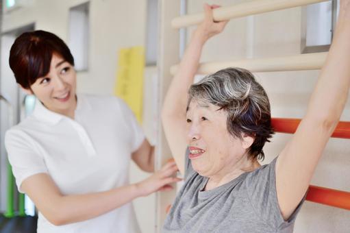 リハビリするおばあちゃんと介護士4