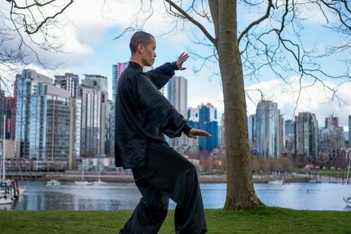공원에서 태극권을 나는 중국인 남성