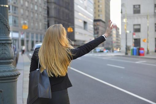 外国妇女等候出租车1
