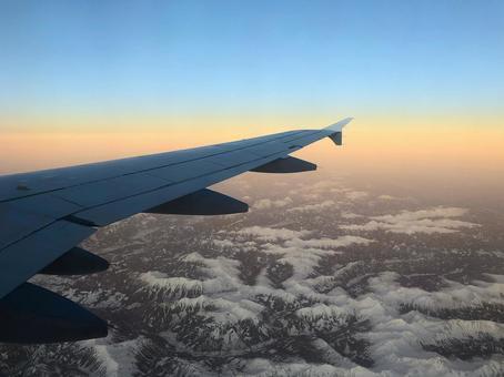 비행기에서 보이는 깨끗한 하늘의 경치