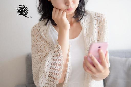 有智能手機的女人的形象