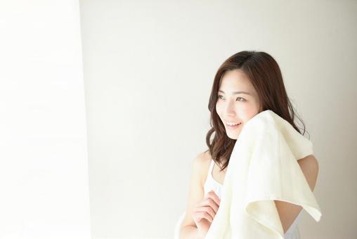 수건으로 얼굴을 닦는 여성 10