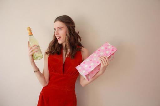 用香槟酒瓶4女