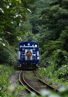 녹색 안을 이동 트럭 열차