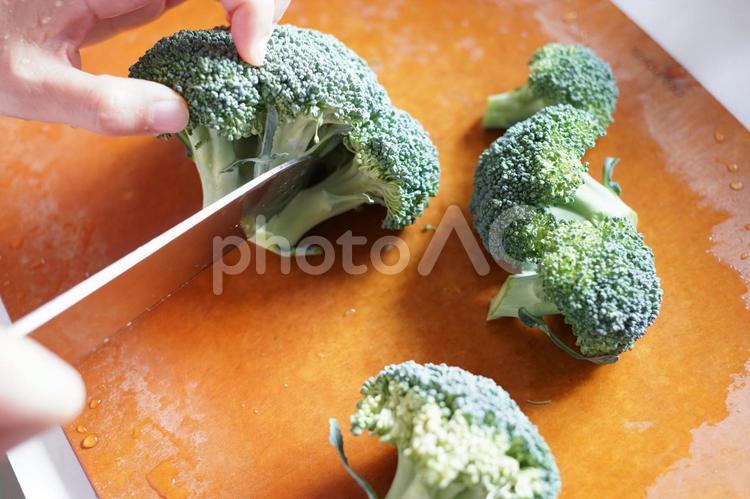 まな板の上で包丁で野菜を切るの写真