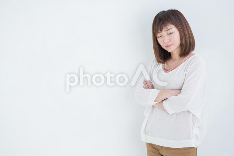 考える女性の写真