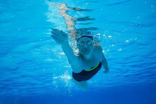 Women swim underwater photography 10