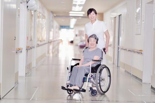 屋内で車椅子に乗っているおばあちゃんと介護士5