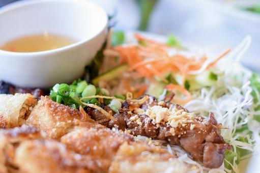 ベトナム料理 豚肉の串焼きと揚げ春巻き