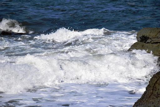 Rough waves in rocky areas of the Sea of Japan