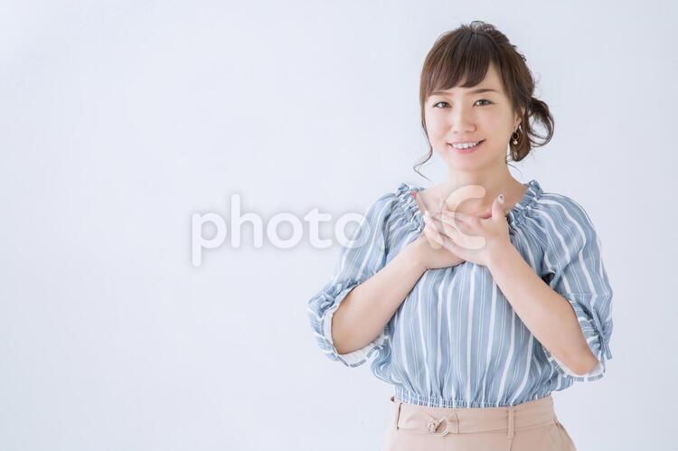 胸がいっぱいの女性の写真