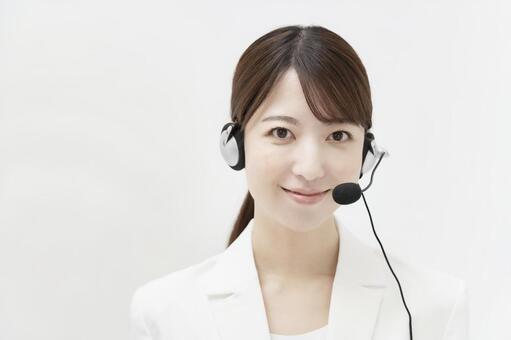헤드셋을 착용 한 흰색 정장 여성