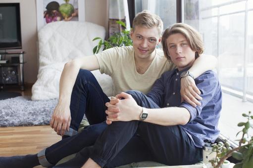 同性戀夫婦18坐在地板上