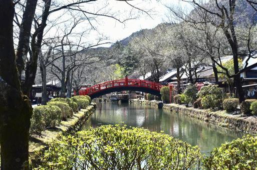 도시의 강과 붉은 다리