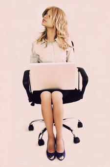 Foreign business woman who puts PC on the knee 1