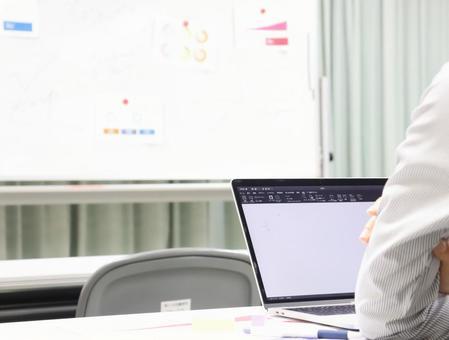 Image of looking at the whiteboard at the seminar ③