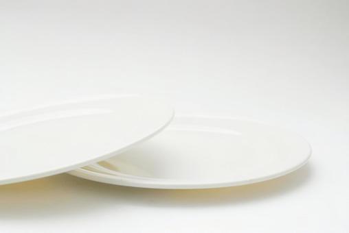在白色背景上的兩個盤子